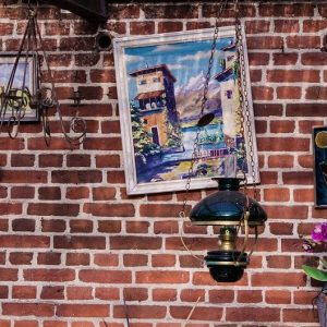 antyrama wisząca na murze